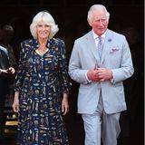 Beim Besuch der Kathedrale St. Peter im Rahmen des dreitägigen Besuchs in Devon und Cornwall strahlt Herzogin Camilla in einem dunkelblauen Blusenkleid mit auffälligem Feder-Muster. Die cremefarbenen Pumps in leicht zugespitzter Form fallen beinahe gar nicht auf, dabei trägt Camilla diese bereits seit 2018. Fans wollen beobachtet haben, dass die Frau von Prinz Charles zumExemplar der Marke Sole Blissfür umgerechnet 175 Euro bereits über 80 Mal griff. Camilla scheint ihre Lieblingsschuhe gefunden zu haben.