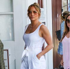Im Juli 2021 schlendert J.Lo mit diesem tollen Sommerlook, ebenfalls ganz in Weiß, durch Los Angeles.
