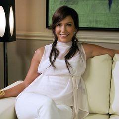 Jennifer Lopez feiert am 24. Juli 2021 ihren 52. Geburtstag, und mit den Jahren hat sie sich nicht nur ihre jugendliche Energie bewahrt, sondern auch ihren unverwechselbaren Style. Im September 2006 strahlt sie bei einer Pressekonferenz in diesem lässigen Outfit ganz in Weiß. 15 Jahre später steht ihr ein ähnlicher Look noch genauso perfekt.