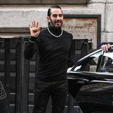 Komplett in Schwarz gekleidet, eine auffällige Halskette, die Haare streng zurück gestylt: So zeigte sich Modedesigner Marc Jacobs noch vor wenigen Tagen zu seiner Fashion Show in New York. Kurz danach ging es für ihn ins Krankenhaus – für eine Schönheitsoperation.