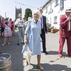 """Herzogin Camilla begleitet Prinz Charles am dritten Tag der Reise durch Cornwall ebenfalls zum """"Duke of York Pub"""" und wird von den Zuschauern am Wegesrand herzlich begrüßt.Im Gegensatz zu ihrem royalen Gatten gönnt sie sich heute jedoch kein Bier."""