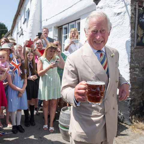 """21. Juli 2021  Das ist ein Termin nach Prinz Charles Geschmack! Am dritten Tag der royalen Reise durch Cornwall besucht der Prinz den """"Duke of York Pub"""" in Devon und erfrischt sich mit einem kühlen Bier. Dabei freut Charles sich nicht nur aufdas Traditionsgebräu, sondern auch über die zahlreichen Gäste, die ihn willkommen heißen."""