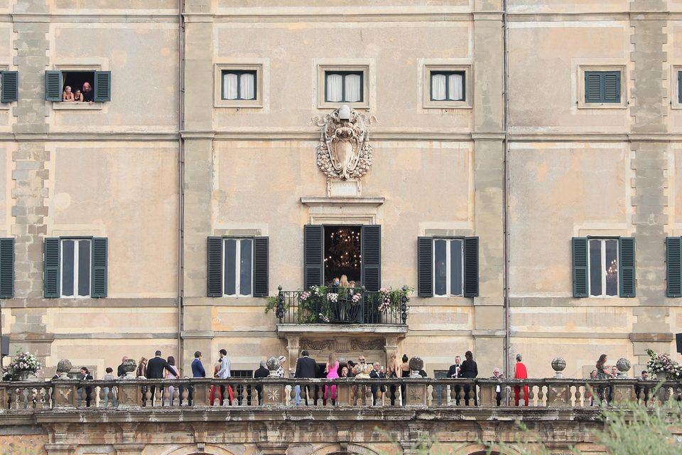Die Hochzeitsgäste stehen auf dem Balkon der Villa Aldobrandini nahe Roms, am 24. Juli.