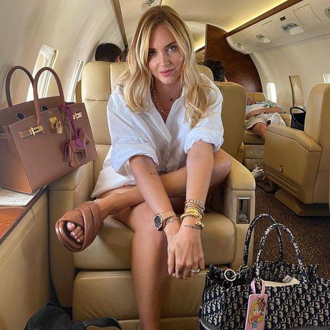Wenn Chiara Ferragni verreist, ist der Privatjet schnell komplett besetzt. Neben Familie und Freunden reist Chiara nämlich mit ganz schön viel Gepäck, Luxustascheninklusive. Die Influencerin verbringt ihren Sommerurlaub in Italien und jettet nun mit Sack und Pack insschöne Apulien.