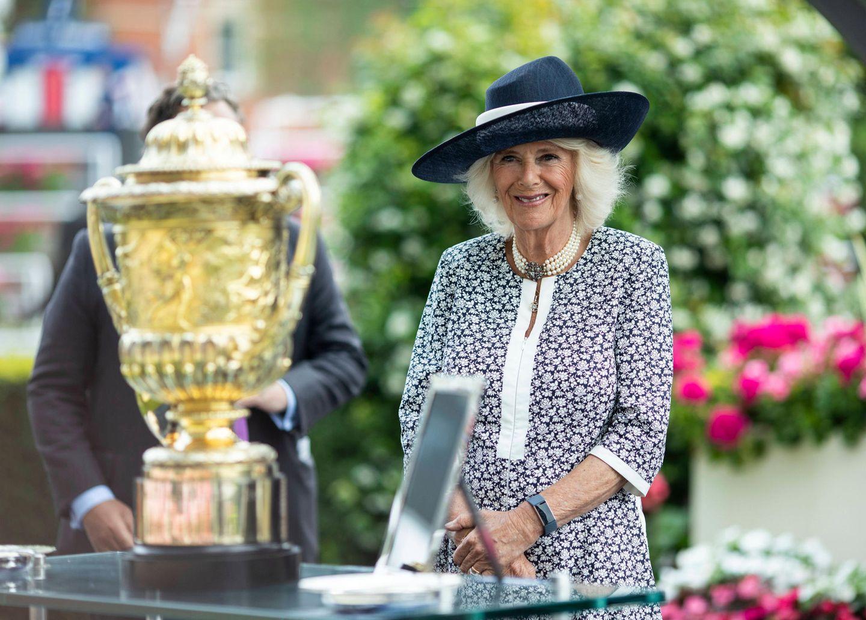 24. Juli 2021  Ob Herzogin Camilla heute auf das richtige Pferd gesetzt hat, ist nicht bekannt, aber sie hat auf jeden Fall Grund zum Lachen. Beim King George Diamond Weekend an der Ascot-Rennbahn übergibt sie dem Sieger des Pferderennens den glänzenden Pokal und zeigt sich dabei gewohnt fröhlich.