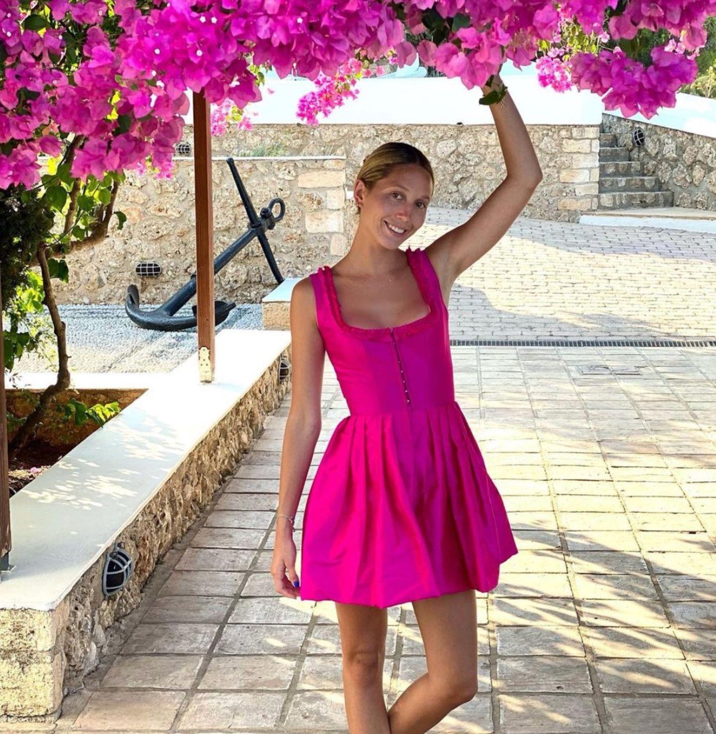 """AnlässlichMaria Olympias 25. Geburtstags postet ihr Vater, Paul von Griechenland, süße Geburtstagsgrüße. """"Du bist die beste Tochter, die sich ein Vater nur wünschen kann"""", schreibt er unter das Bild, das die Prinzessin in einem pinkfarbenen Kleid zeigt. Der Schnitt des Kleidesist fast schon dirndl-artig und steht dem Geburtstagskind großartig."""