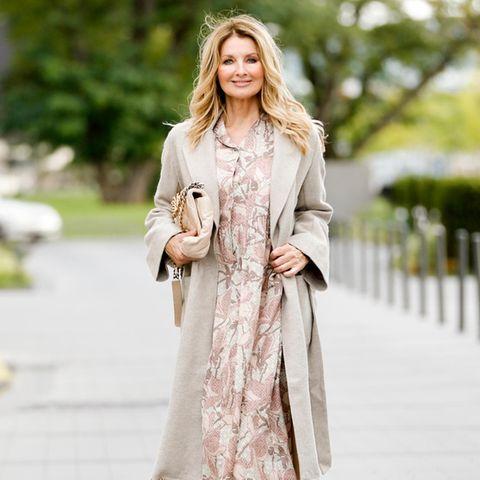 Frauke Ludowig posiert für den Fotografen in einem sommerlichen Outfit.