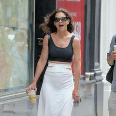 Strahlend läuft Katie Holmes durch die Straßen New Yorks. Der Iced Coffee gibt ihr wohleinen Gute-Laune-Kick. Oder doch das sommerliche Outfit, das ihr so gut steht? Die Schauspielerin trägt nämlich ein Teil, das gerade besonders Hoch im Kurs steht: ein Rock mit Cut-outs an denHüften. Dazu kombiniert sie ein schlichtes Crop-Top und Birkenstock-Sandalen, um das Ganzealltagstauglich zu machen. Ein perfekter Look für einen kleinen Stadtbummel.