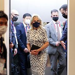 Bei der Eröffnungzeremonie der Olympischen Spiele in Tokio macht Jill Biden mit diesem Schwarz-Weiß-Look eine stylische Punktlandung.
