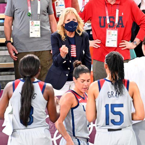 Der Style von Jill Biden: Ganz klar, wen die First Lady in Tokio anfeuert!