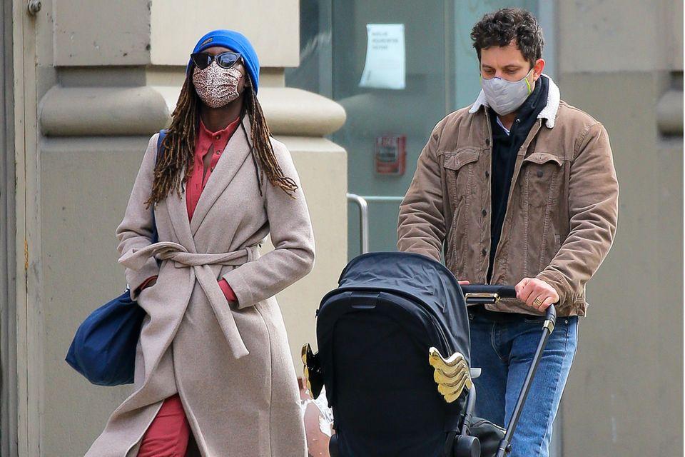 Jodie Turner-Smith und Joshua Jackson lieben ihre gemeinsamen Spaziergänge mit Töchterchen Janie durch die Straßen von New York.