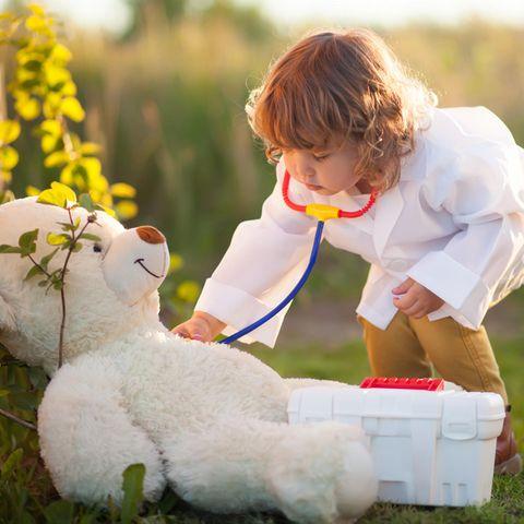 Horoskop: Kind untersucht Bär