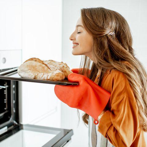 Frau backt Brot