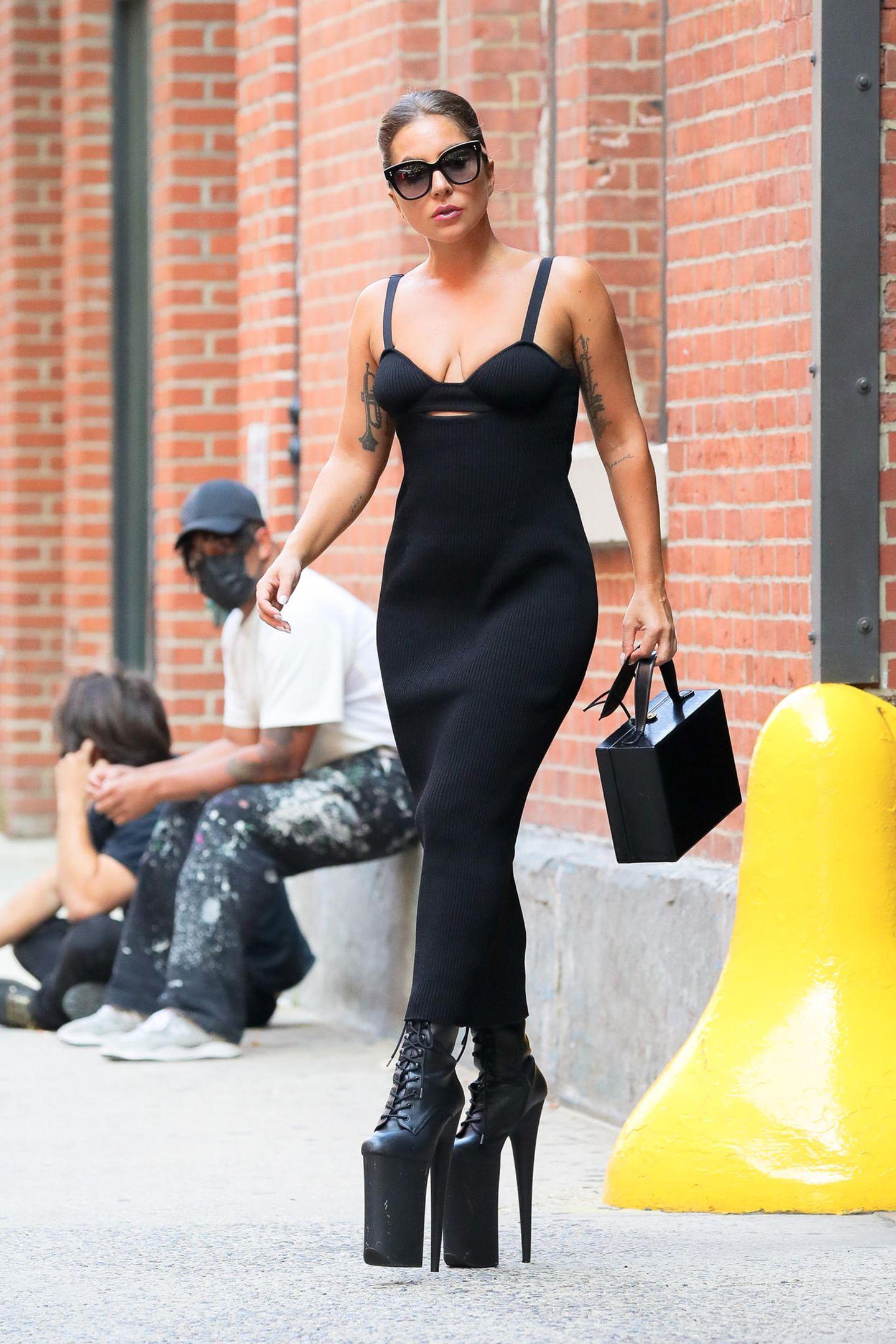 Dieser Look ist sotypisch Lady Gaga!ElegantesKleid, schicke Sonnenbrille, perfekt gestylte Haare – dazukombiniert die Sängerin aber nicht etwa klassische Pumps oder Sandalen, sondern setzt stattdessen auf extravagante Stiefel mit XXXXL-Plateau, die das Outfit definitiv auf ein neues Level heben.