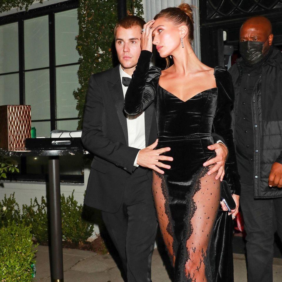 Wenn Mr. und Mrs. Bieber das Haus verlassen, passiert das selten ohne ein perfekt durchgestyltes Outfit. Auch bei einer gemeinsamen Date-Night in Los Angeles begeistert das Paar mit seinem außerordentlichen Stilgefühl. Während Justin auf einen edlen Anzug à la James Bond setzt, gibt Hailey das perfekte Bond-Girl und trägt ein enges Samtkleid mit sexy Spitzendetails von Alessandra Rich.