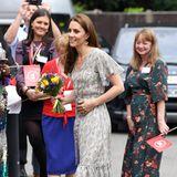 Für alle, die im Sommer lieber auf dezentere Looks setzen, kann Herzogin Catherine mit diesem Kleid von Ridley London als Inspiration dienen.