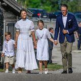 Ihren 44. Geburtstag feiert Prinzessin Victoria in Borgholm zusammen mit ihrer Familie in einem traditionellen Baumwollkleid in sommerlichem Weiß. Auch ihre Kids Estelle und Oscar tragen an diesem sonnig-warmen Tag weiße Outfits. Nur Prinz Daniel muss in seinem dunkelblauen Blazer schwitzen.