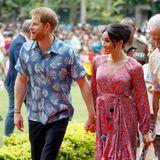 Richtig sommerlich ging es für Prinz Harry und Herzogin Meghan bei ihrem Besuch auf den Fidschi-Inseln zu. Meghan glänzt im floralen Maxi-Kleid von Figue, und Harry dürften wir so schnell nicht wieder in einem Hawaii-Hemd zu sehen bekommen.