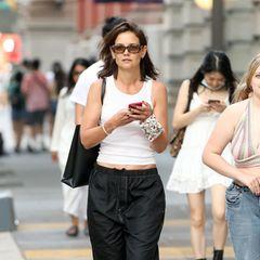 Die einen würden Katie Holmes Outfit als lässigen Streetstyle-Look bezeichnen, die anderen als etwas unvorteilhaft. Fakt ist, dass die Meinungen bei der Sweatpants-Tanktop-Kombi weit auseinandergehen. Die Schauspielerin willes wohl etwas gemütlicher angehen und zieht Bequemlichkeit dem Style-Faktor vor. Wer kennt solche Tage nicht?