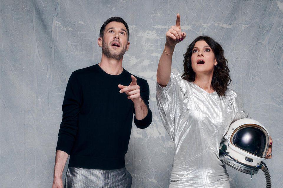 """Jochen Schropp und Marlene Lufen schicken in der diesjährigen Staffel die """"Promi-Big Brother""""-Bewohner:innen ins Weltall."""