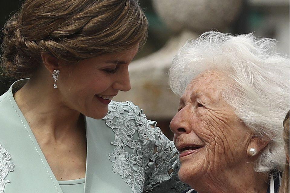 Königin Letizia mit ihrer Großmutter Menchu Álvarez del Valle (†93) bei der Erstkommunion von Prinzessin Sofia im Mai 2017.