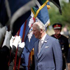 Nach einer anfänglich ungemütlichen Veranstaltung mit Regen und Wind kann Prinz Charles seinemPlausch nun bei Sonnenschein nachgehen. Für die Einweihung des nationalen Polizeidenkmals ist der britische Royal extra in die Grafschaft Staffordshire gereist.