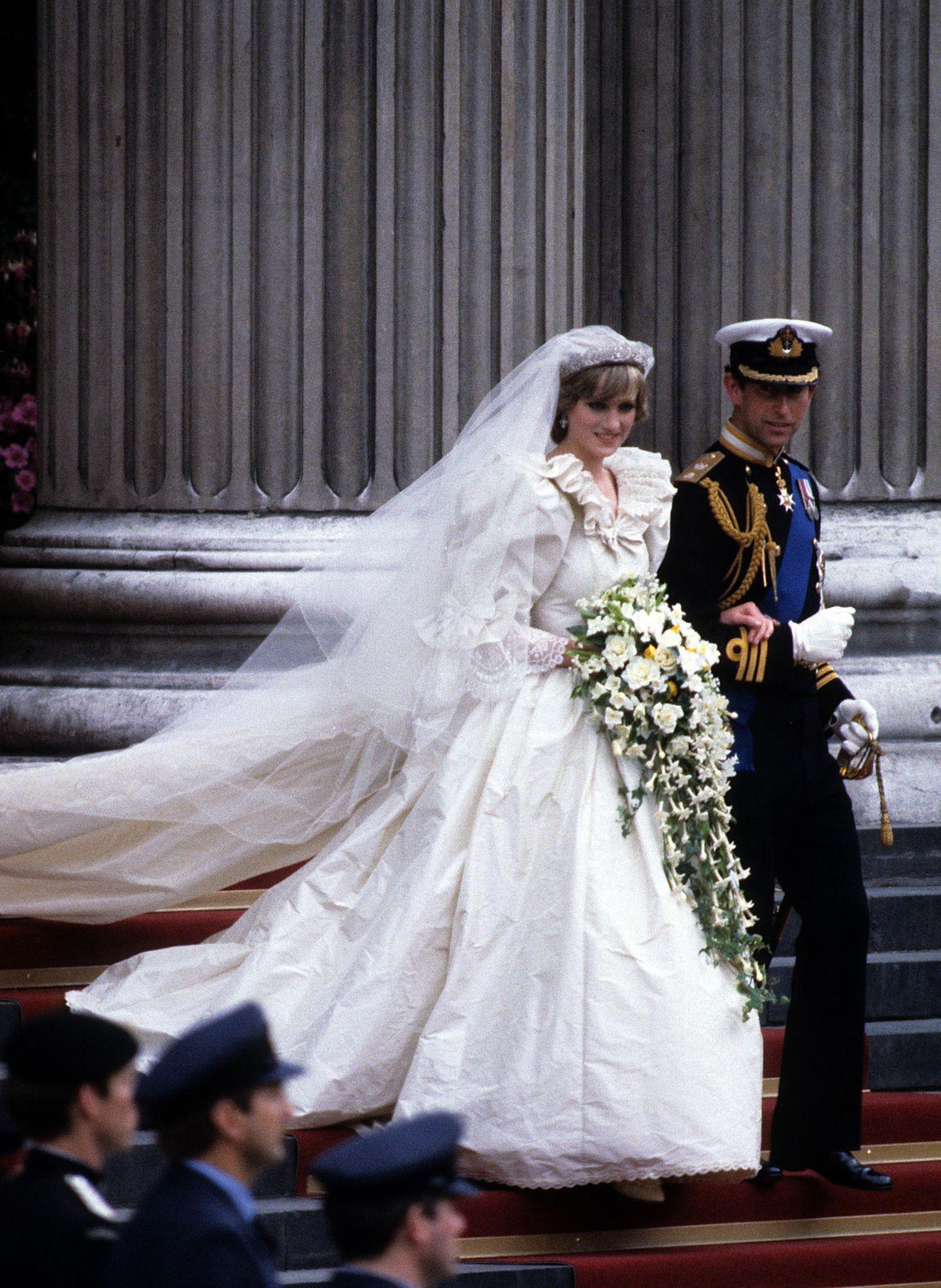 Heute vor genau 40 Jahren haben Lady Diana und Prinz Charles geheiratet. Ihr aufwendiges Hochzeitskleid im 80er-Jahre-Stilbleibt vielen bis heute in Erinnerung.
