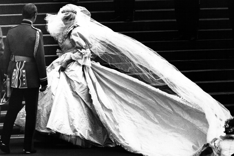 Lady DianasSchleppe ist die längste in der Geschichte der Monarchie. Ihr Seidentüllschleier war mit winzigen Perlmutt-Pailletten von Hand bestickt. Die Designerin, Elizabeth Emanuel, wollte, dass es wie Feenstaub aussah.