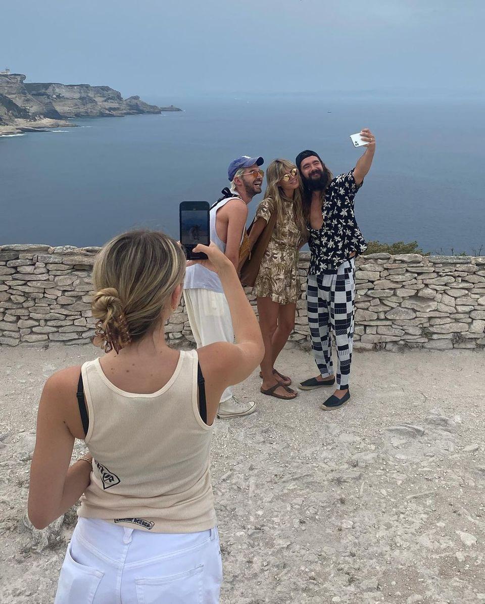 28. Juli 2021  Heute gibt es nicht nur ein Foto für Heidi Klum, denn die ganze Familie hält ihreschönen Urlaubsmomente mit der Kamera fest. So werden hier alle mal zum Fotografen und der traumhafte Blick aufs Meer wird bei diesem lustigen Bild fast zur Nebensache.