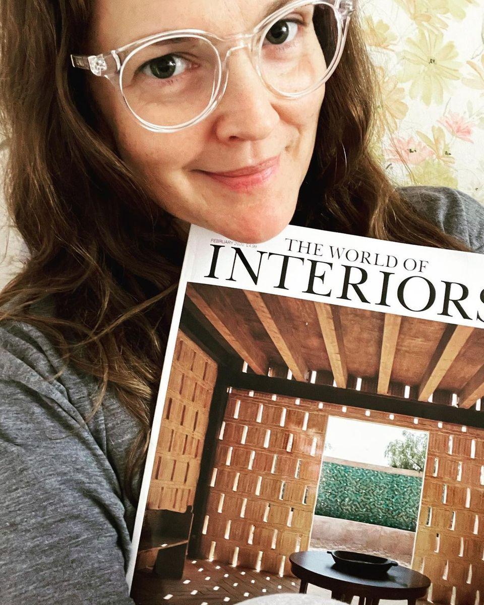 Stars mit Buch: Drew Barrymore mit Magazin
