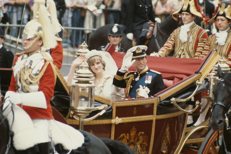 Prinzessin Diana und Prinz Charles winken der Menge nach ihrer Trauung in der St. Paul's Cathedral am 29. Juli 1981 zu.