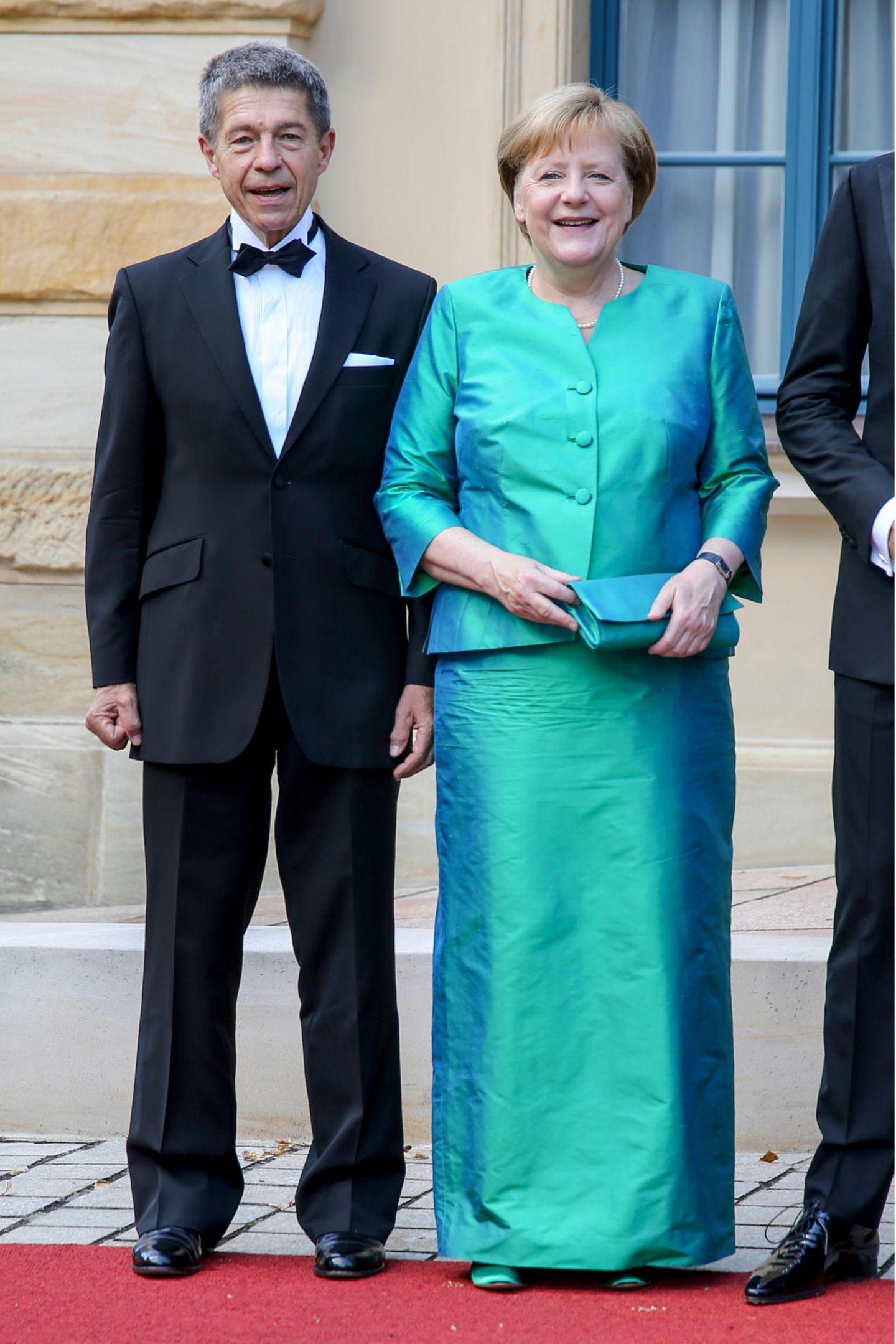 Bundeskanzlerin Angela Merkel und Ehemann Joachim Sauer posieren vor dem Festspielhaus.