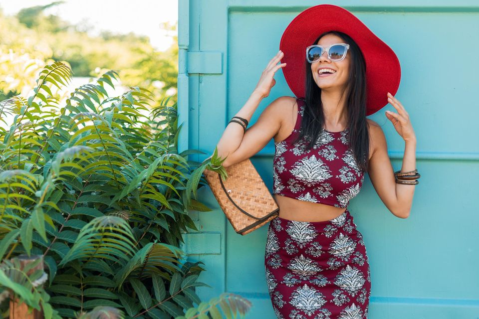 Zweiteiler Trend 2021: Die besten Sets, Lächelnde Frau mit einem Zweiteiler-Set