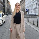 In diesem Fall ist Sarah Brandners strahlendes Lachen ihr schönstes Accessoire, aber ihr Look kann sich mehr als nur sehen lassen. Das Model trägt Hoseund Jacke in XXL-Optik. Ihre Heels machen das lässige Outfit letztendlich Event-tauglich.