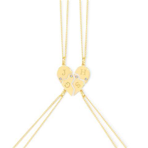 """Heute ist Tag der Freundschaft und viele nehmen das zum Anlass, ihrenLiebsten einmal """"Danke"""" zu sagen.Sie sind noch auf Geschenke-Suche? Wie wäre es zum Beispiel mit diesen filigranen Halsketten, die, wenn man sie zusammensteckt, ein Herz ergeben? Die Anhänger können auch jeweils mit einem Buchstaben, Stern- oder Herzsymbol personalisiert werden. Von Vedder & Vedder,in Sterling Silber oder vergoldet erhältlich und kostet je nach Set und Material zwischen 99 Euro und 259 Euro."""