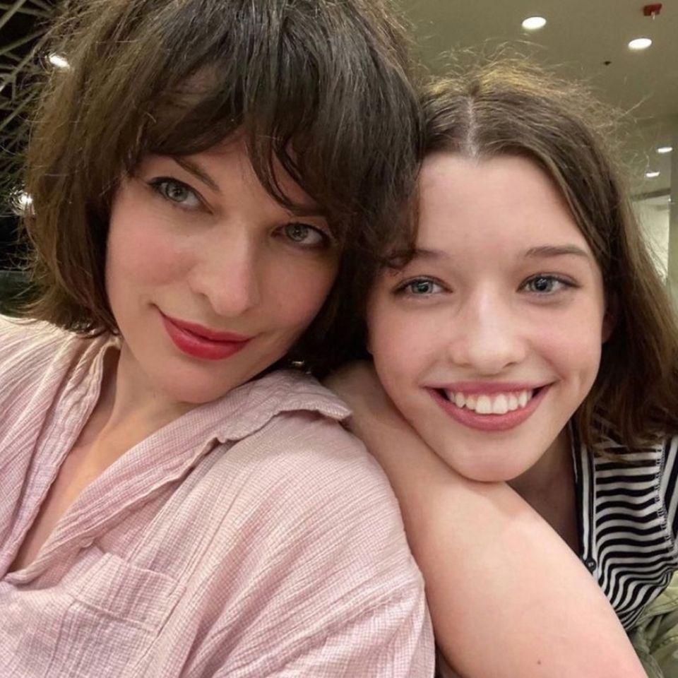 """Ever Anderson, die Tochter von Milla Jovovich, tritt nicht nur auf ihremKarrierewegin die Fußstapfen ihrer berühmten Mama. Die 13-Jährigebefindet sich gerade mitten in den Dreharbeiten des neuen Films """"Peter Pan and Wendy"""". Doch auch die guten Gene hatdie 13-Jährige Milla zu verdanken. Die Ähnlichkeit ist nicht zu leugnen!"""