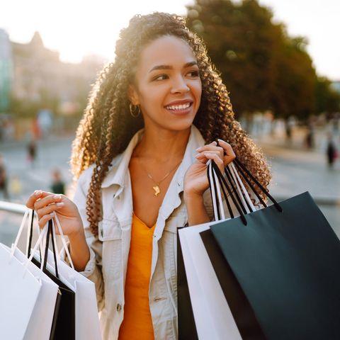 Angebote am Wochenende: Schnell und einfach Rabatte absahnen, junge Frau mit Einkaufstaschen