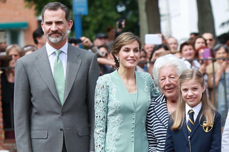 Menchu Álvarez del Valle (2. v. r.) mit ihrer Enkelin Sofía, Königin Letizia und König Felipe im Mai 2017.