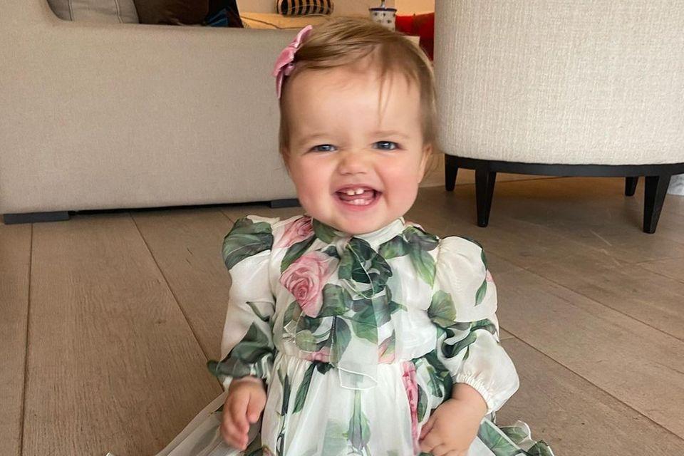 """Was für ein süßer Schnappschuss! Gigi Mathews strahlt verschmitzt in die Kamera. Dabei trägt sie ein aufwendiges Kleid mit Blumenprint und eins ist direkt sicher: Die Tochter von Vogue Williams ist sehr """"en vogue"""""""