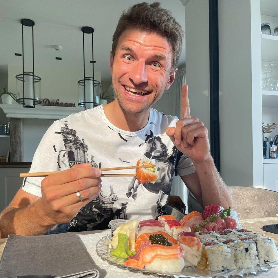 Thomas Müller ist nicht nur begeistert von den vielen sportlichen Highlights während der Olympischen Spiele in Tokio, sondern auch von den Sushi-Kreationen seines Lieblingsjapaners. Wir wünschen guten Appetit!