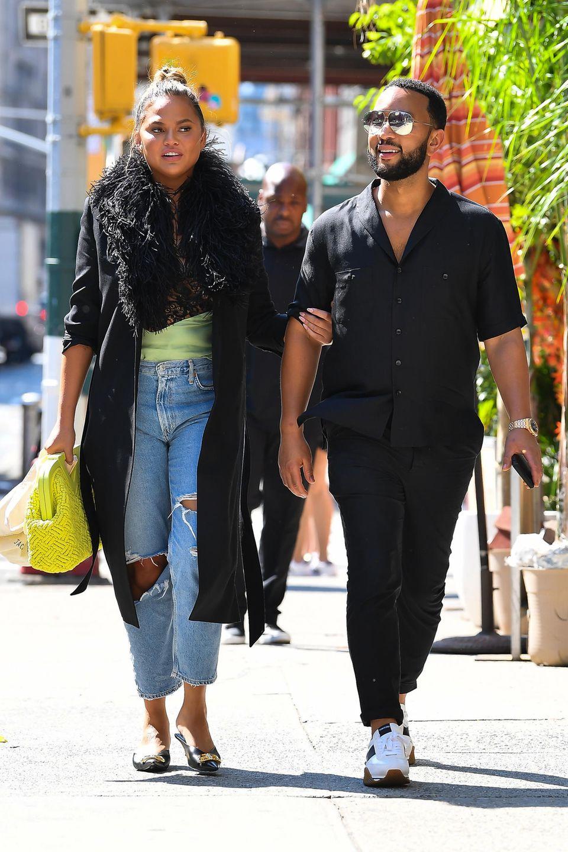 Chrissy Teigen und John Legend spazieren gemeinsam durch New York. Während sich John den hohen Temperaturen des Big Apples im Juli angepasst hat, hat Chrissy die Neuigkeit, dass selbst an der Ostküste Sommer angesagt ist, wohl verpasst. Ob dem Model mit seinem Federkragen bei über 20 Grad nicht etwas warm ist?