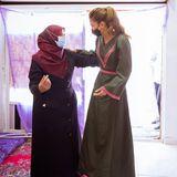 Königin Rania von Jordanien besucht Kleinunternehmerinnen in Shobak. Für diesen bodenständigen Anlass lässt es die sonst so glamouröse Königin ebenfalls etwas unauffälliger angehen. Sie setzt auf ein olivgrünes Kleid mit pinken Stickereien. Ein edler, perfekt gestylter aber zurückhaltender Look.