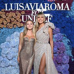 Was für ein Auftritt! Heidi Klum kommt in Begleitung ihrer Tochter Leni. Beide tragen aufwendige Glitzerkleider. Leni setzt auf ein Design von Versace, Heidi auf Elie Saab.