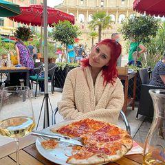 """Kurzurlaub in """"Italien"""": Hinter den Kulissen von """"Immer wieder sonntags"""" im Europa-Park in Rust gönnt sich Marie Reim eine leckere Salamipizza mit roten Zwiebeln. Richtig großen Hunger scheint sie allerdings nicht gehabt zu haben."""