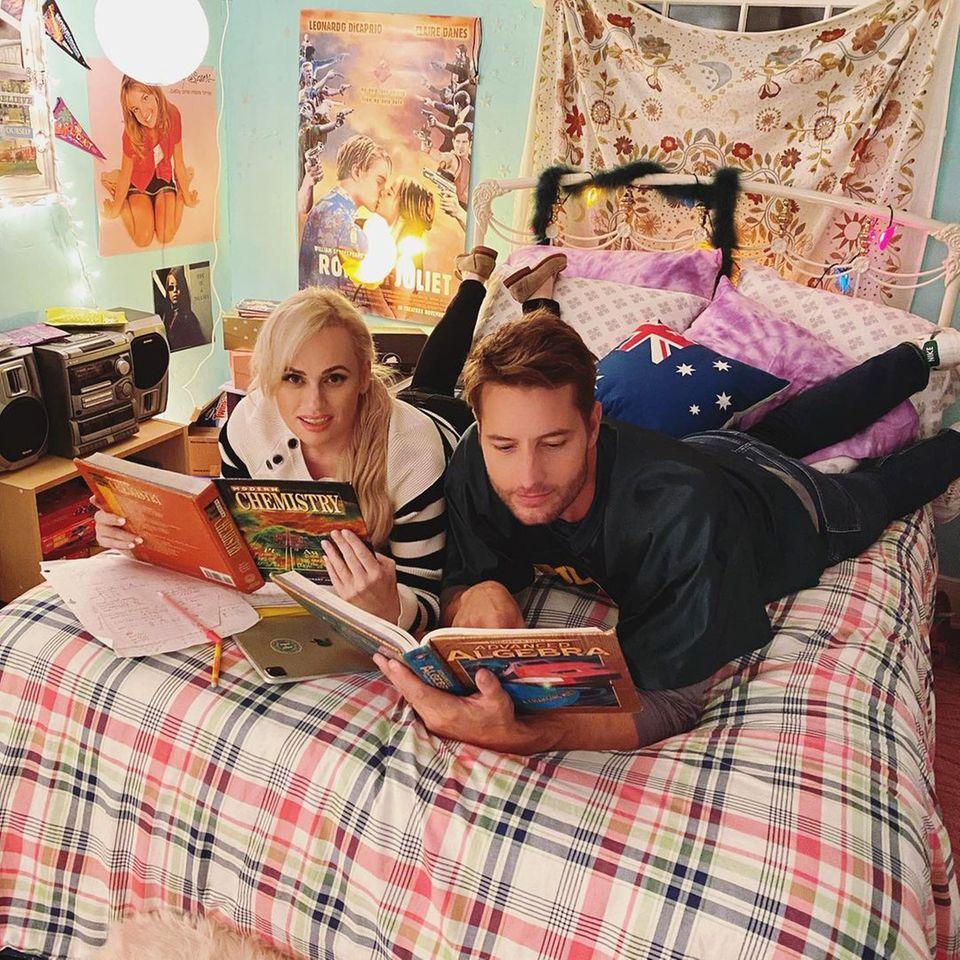 """Ob Rebel Wilson und Justin Hartley tatsächlich noch mal die Chemie- und Algebra-Schulbücher wälzen, die sie am Set von """"Senior Year"""" gefunden haben? Wer weiß, zusammen lernen macht auf jeden Fall mehr Spaß als alleine, und ein wenig das alte Schulwissen wieder auffrischen, kann ja auch nicht schaden."""