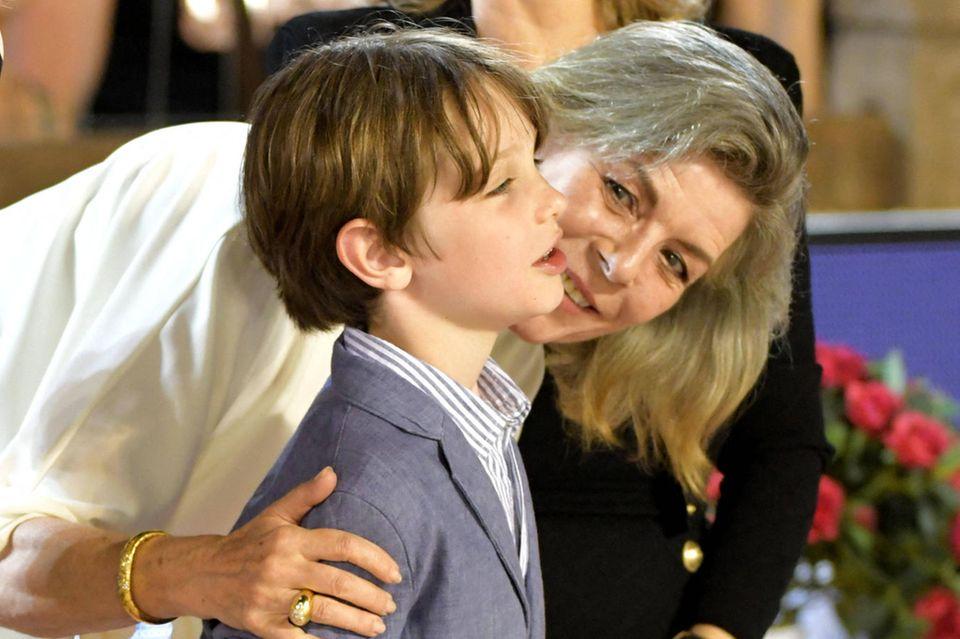 Coole Oma:Beim Longines-Springturnier kümmerte sich Caroline gerade liebevoll um Enkel Raphaël, den siebenjährigen Sohn ihrer Tochter Charlotte