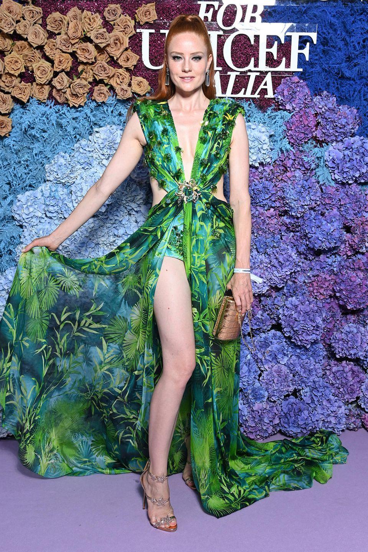 Mit diesem Look wird für Barbara Meier ein Traum wahr: Das legendäre Versace-Kleid in Grün, das Jennifer Lopez bei den Grammys 2000 trug, faszinierte sie schon als Teenager. Zur Sommer-Gala von LuisaViaRoma für Unicef auf Capri kann sie es nun endlich selber auf dem Red Carpet präsentieren.