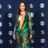 Und hier das Original: Jennifer Lopez sorgtmit dem ultratiefen Ausschnitt vor über 20 Jahren mächtig für Furore.