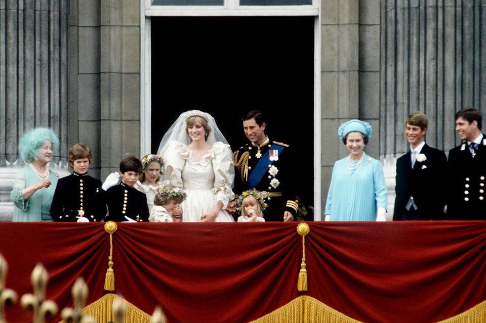 Prinzessin Diana und Prinz Charles stehen zusammen mit der Queen und den Brautjungfern auf dem Balkon.