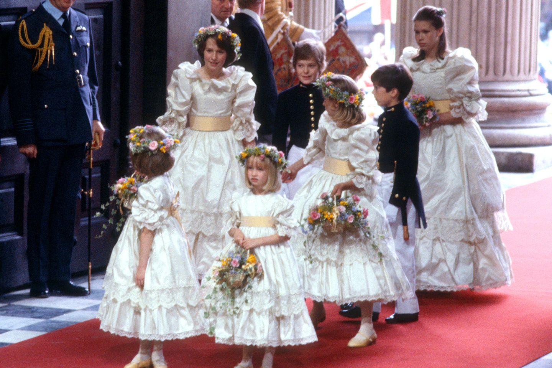 Die Brautjungfern von Prinzessin Diana auf dem roten Teppich der Kirche.